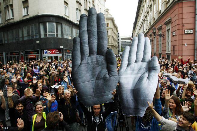 Meg lehet állítani? Tüntetés a Norvég Civil Alapot koordináló civil szervezetekkel szembeni rendőri fellépés ellen 2014-ben (Fotó: Járdány Bence/MTI)