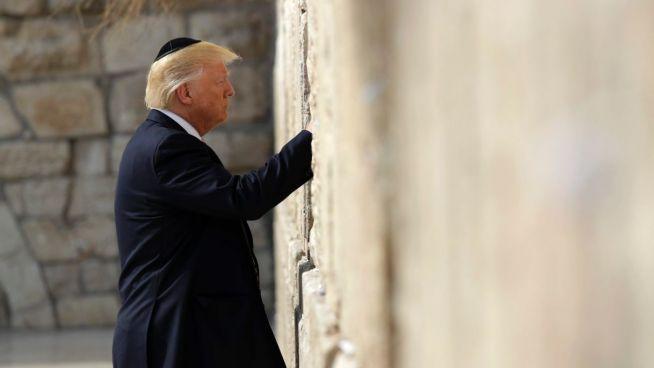 Donald Trump a Siratófalnál