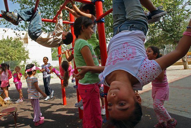 Zsidó és arab gyerekek a jeruzsálemi Kéz a kézben iskolában