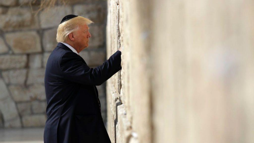 Donald Trump történelmi látogatást tett a Siratófalnál