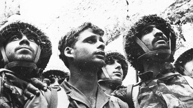 Izraeli katonák a Siratófalnál Jeruzsálem 1967-es elfoglalását követően