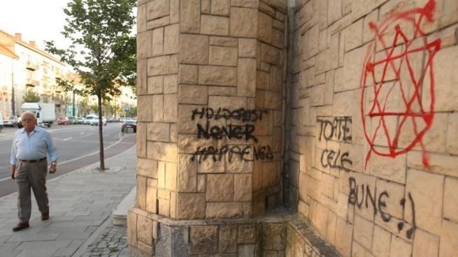 Antiszemita feliratokat festettek a kolozsvári zsinagóga falára
