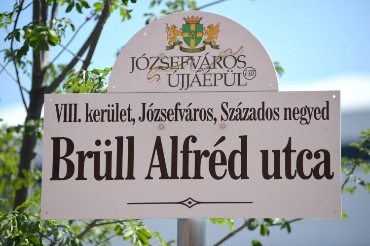 Háborognak az MTK szurkolói, mert egy volt miépes polgármester avatta fel a holokausztáldozat Brüll Alfréd utcatábláját