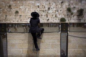 Nők és férfiak továbbra sem imádkozhatnak együtt a Siratófalnál