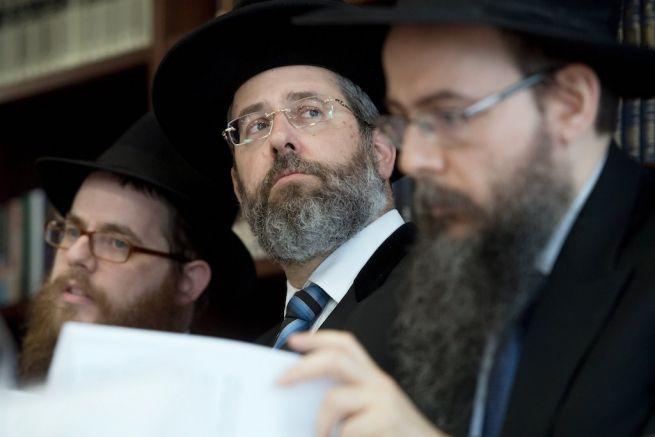 David Lau Izrael askenázi főrabbia, Köves Slomó és Oberlander Baruch rabbik között (Fotó: Koszticsák Szilárd/MTI)