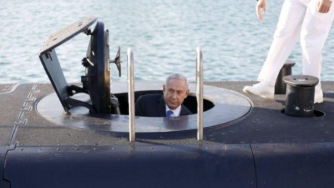 Benjamin Netanjahu izraeli miniszterelnök az egyik új tengeralattjáró átadásán