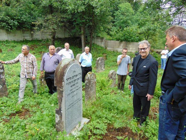 Harvey Keitel a lőrincfalvi zsidó temetőben (Fotó: Transindex.ro)