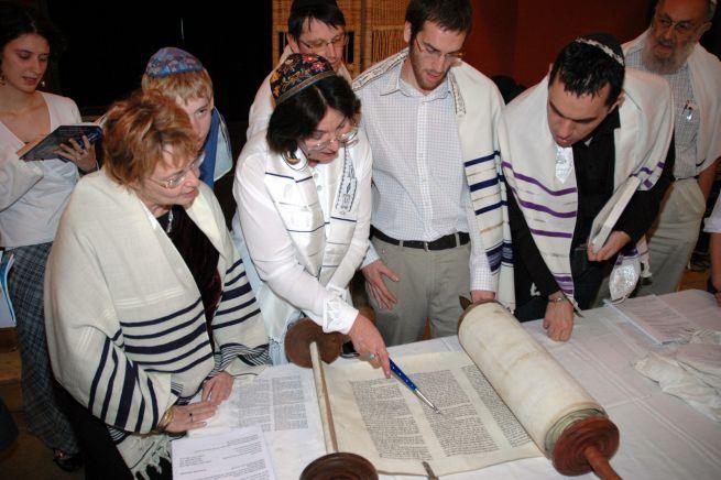 Tóraolvasás a Szim Salom Progresszív Zsidó Hitközségnél (Fotó: szimsalom.hu)
