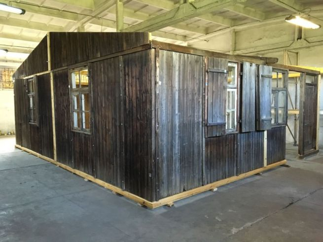 Egy auschwitzi barakk a vándorkiállítás anyagából