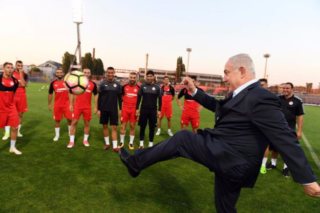 Benjamin Netanjahu meglátogatta a budapesti mérkőzésére készülő Hapoel Beer Seva csapatát