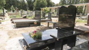 Kedvenc dala díszíti Somló Tamás sírkövét