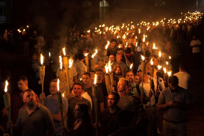 Fáklyás felvonulás Charlottesville-ben