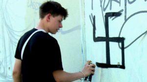 Így tisztítja meg Berlint egy diákokból álló csoport a neonáci falfirkáktól