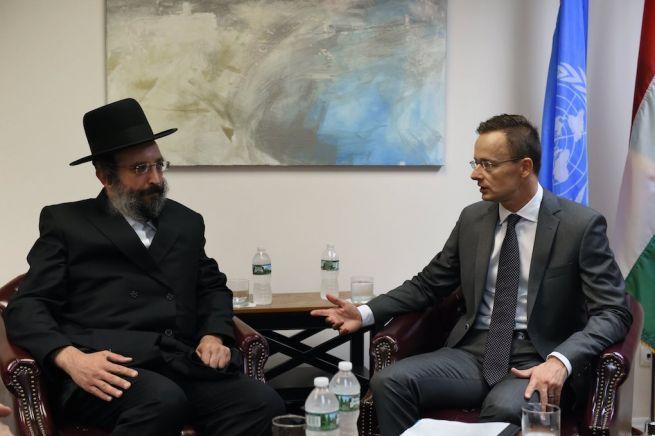 Szijjártó Péter külgazdasági és külügyminiszter megbeszélést folytat Martin Hoffmannal, a helyi haszid zsidó közösség képviselőjével New Yorkban (Fotó: KKM/MTI)