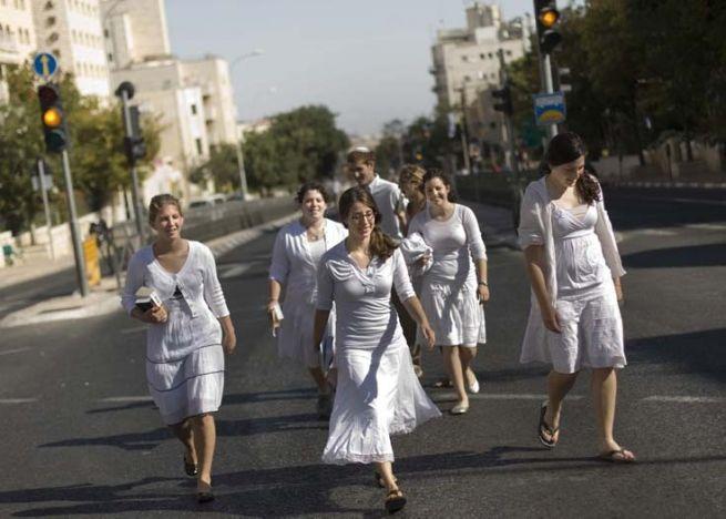 Izraeliek sétálnak Jeruzsálem üres utcáin jom kipurkor