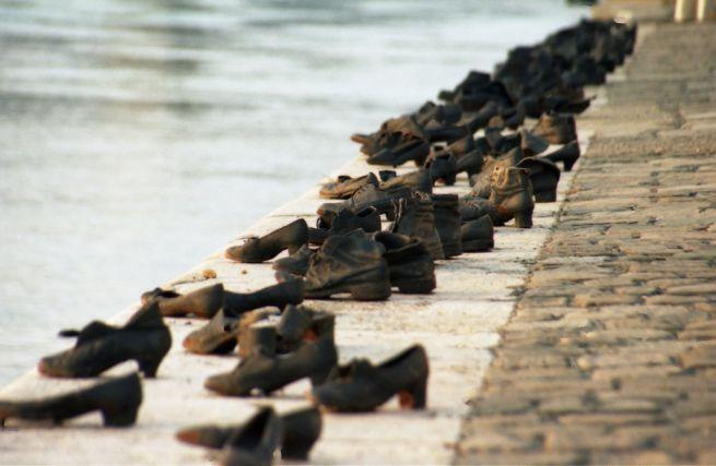 Cipők a Duna-parton budapesti holokauszt-emlékmű