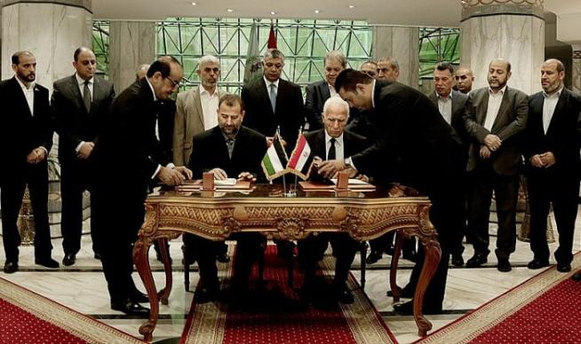 A Fatah és a Hamász küldöttségeinek vezetői aláírják a megállapodást Kairóban