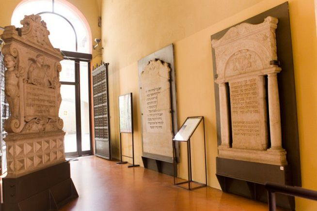 A  Bolognai Archeológiai Múzeumban őrzött középkori zsidó sírkövek