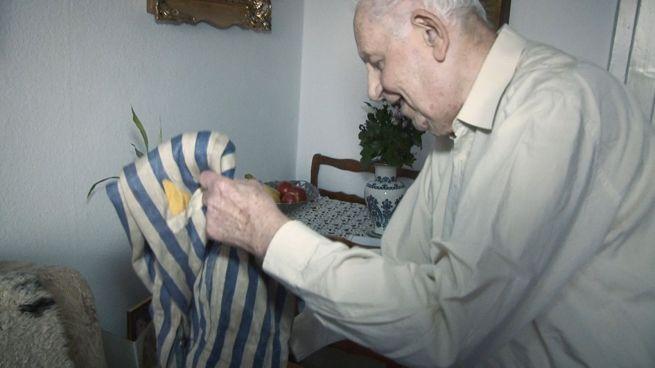 Laci bácsi még mindig őrzi fogságának emlékét, a rabruhát