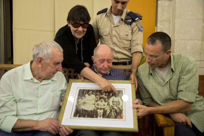 Eliahu Pietruszka és öccse fiának találkozik Izraelben