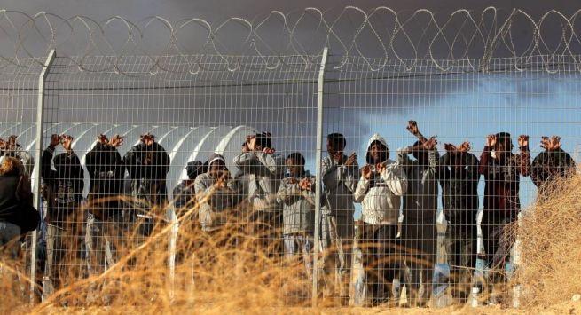 Afrikai menedékkérők demonstrálnak a Holot menekülttáborban 2014 februárjában