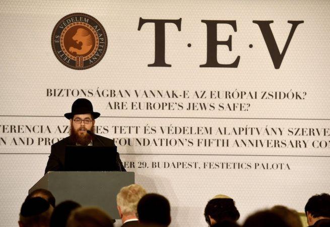 Köves Slomó, az EMIH vezető rabbija beszédet mond a Tett és Védelem Alapítvány budapesti konferenciáján (Fotó: Bruzák Noémi/MTI)