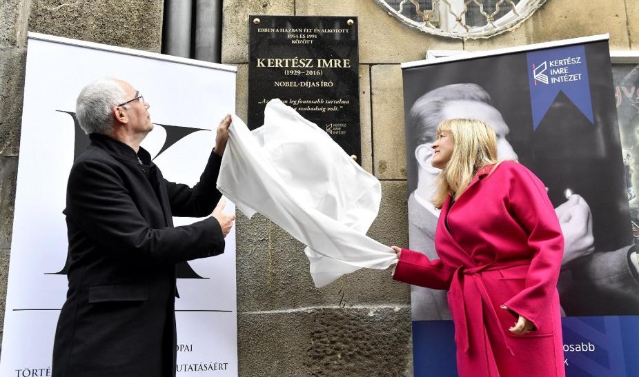 Migránsozással egybekötve avatták fel Kertész Imre emléktábláját