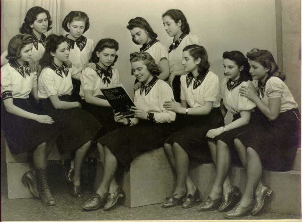 Keressük a fotón szereplő lányok rokonait!