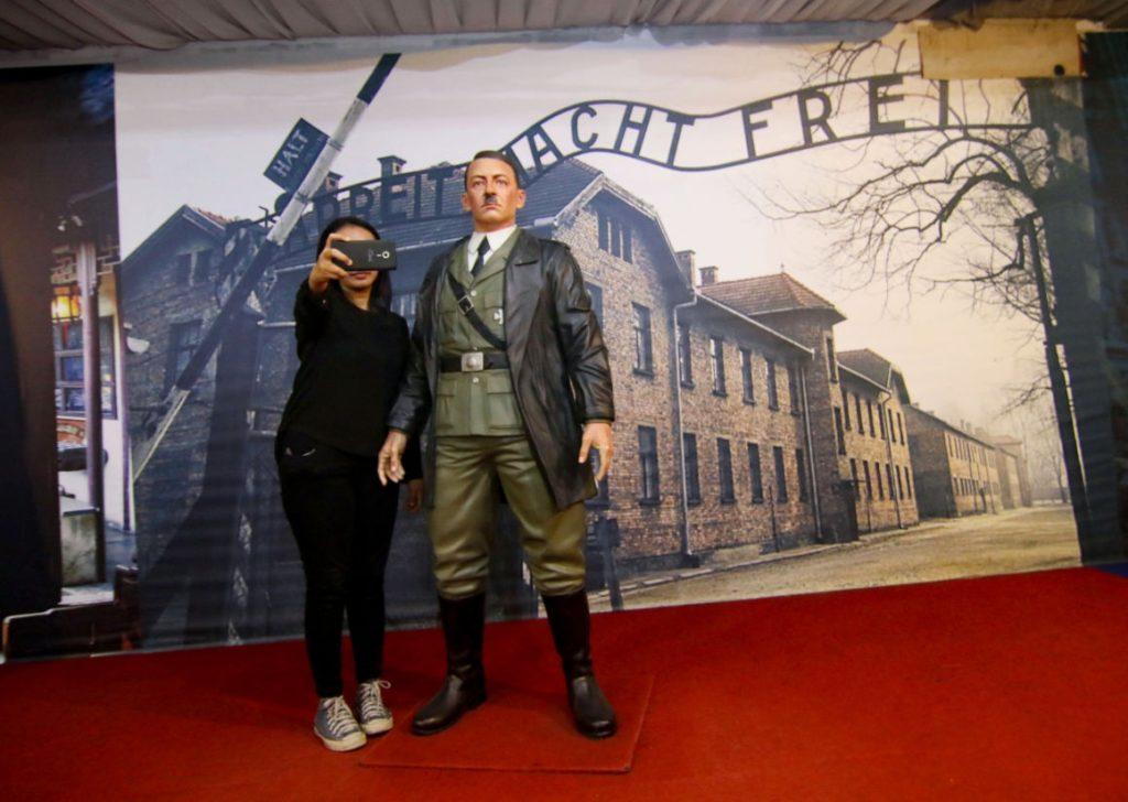Agyon szelfizték magukat a látogatók a Hitler-szoborral