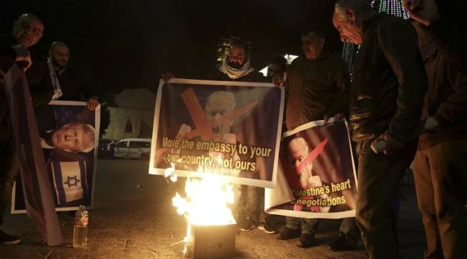 Palesztinok Trump fotóját égetik