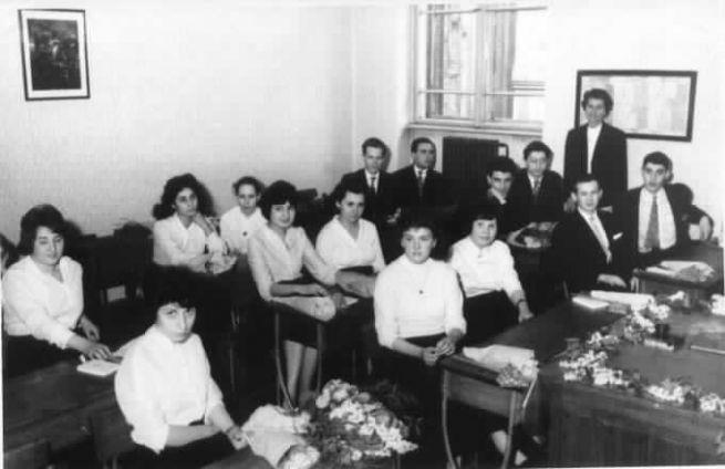 Érettségi előtt a zsidó gimnáziumban, 1964. Raj Ferenc jobb oldalt hátul a fűtőtest mellett