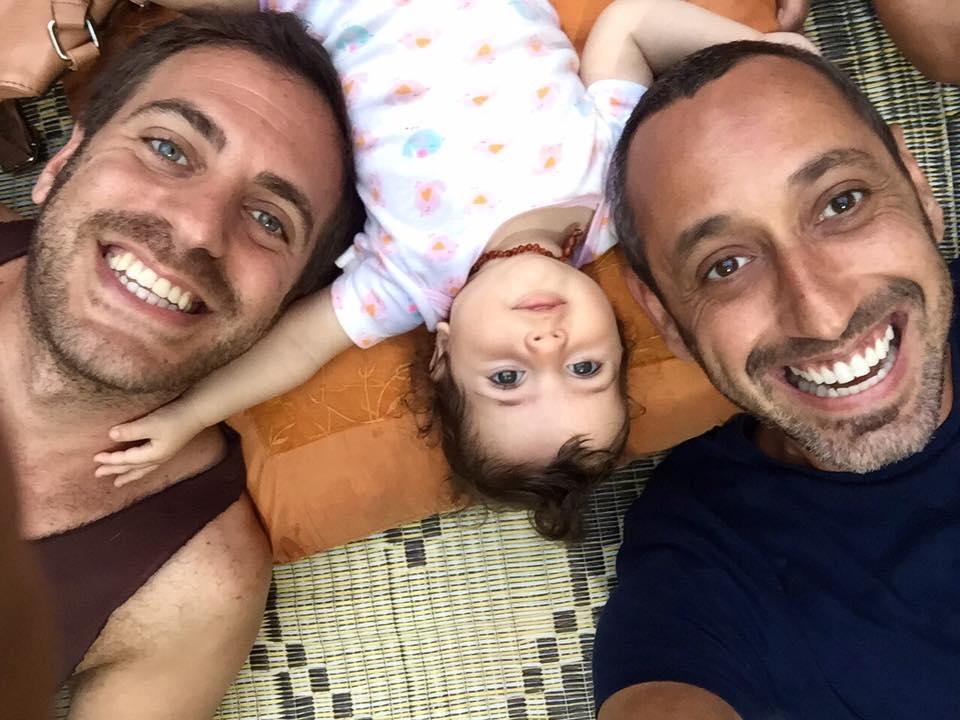 A Facebookon keres anyukát egy izraeli meleg pár