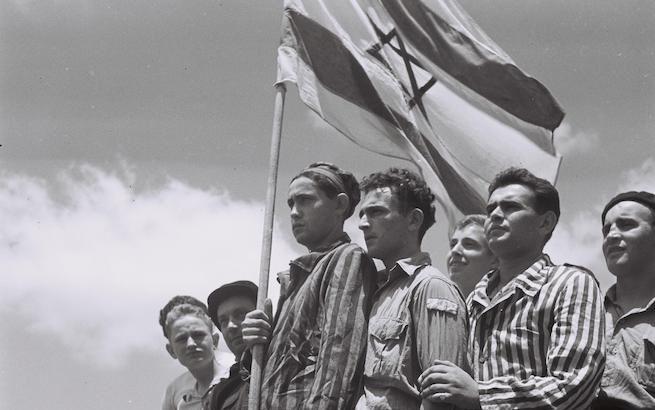 Buchenwaldi túlélők a haifai kikötőben, 1945 (Fotó: Kluger Zoltán)