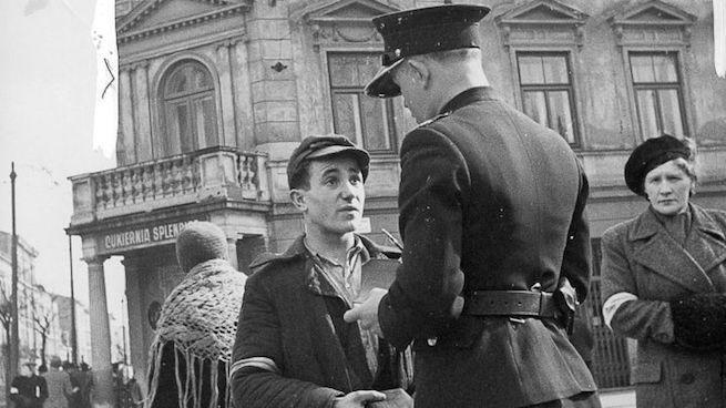 Lengyel rendőr egy zsidó férfit igazoltat a krakkói gettóban 1941-ben