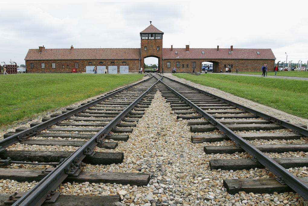 A lengyel elnök aláírta a Lengyelországot a holokauszt bűnei alól felmentő törvényt
