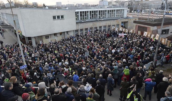 A zsidók melletti szolidaritás-tüntetés Varsóban a Gdanski pályaudvarnál