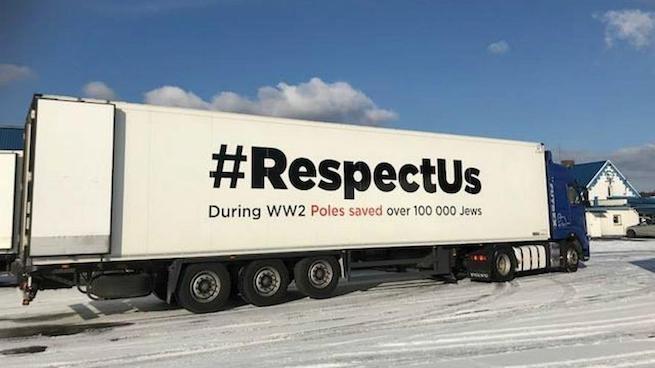 A lengyelek kamionokon reklámozzák, hogy milyen sok zsidót mentettek meg a II. világháború idején