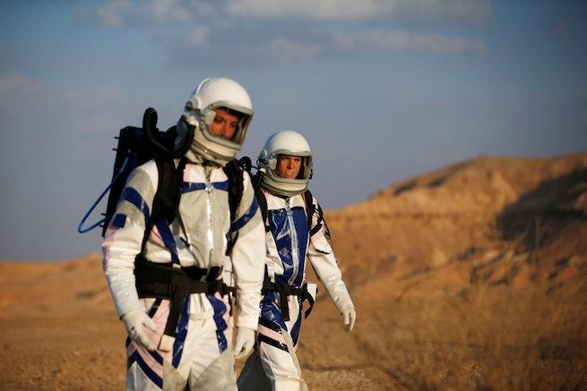 Mit keresnek izraeli tudósok űrruhában a Negev-sivatag közepén?