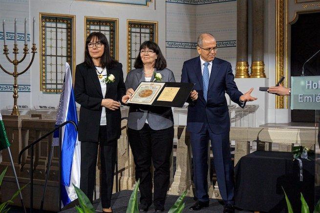 Joszef Amrani Izrael budapesti nagykövete Világ Igaza kitüntetéseket ad át a Páva utcai Holokauszt Emlékközpontban (Fotó: facebook.com/bzsh.hu)