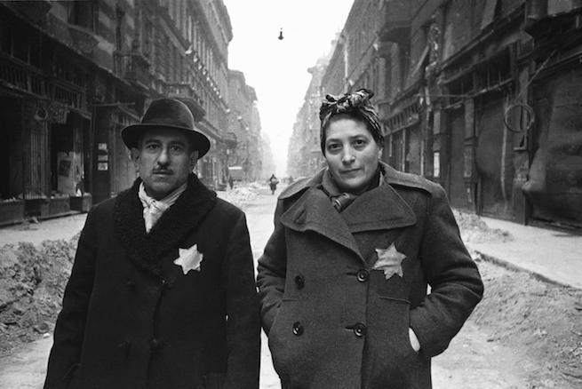 Sárga csillaggal 1945-ben, Budapest IX: kerület, Ráday utca (Fotó: Jevgenyij Haldej/FORTEPAN)