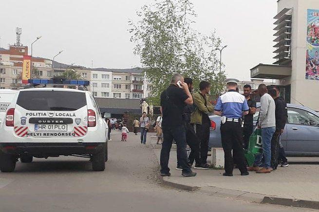 Izraeli turistákat igazoltat a rendőrség Székelyudvarhelyen (Fotó: Székelyudvarhelyi Helyi Rendőrség)