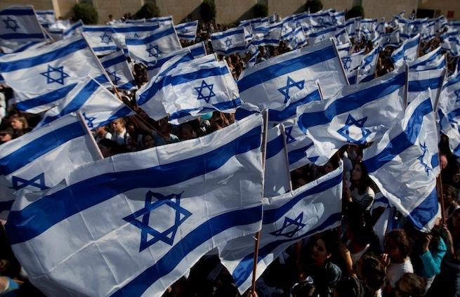 Izraeli zászlók a Siratófalnál