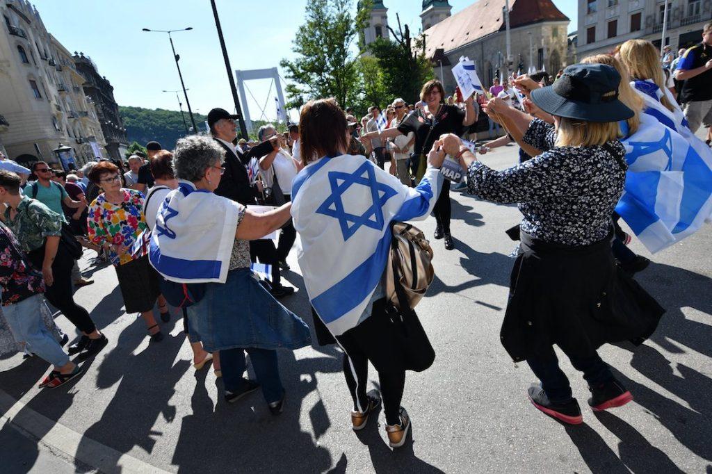 Több ezren emlékeztek a holokauszt áldozataira az Élet menetén