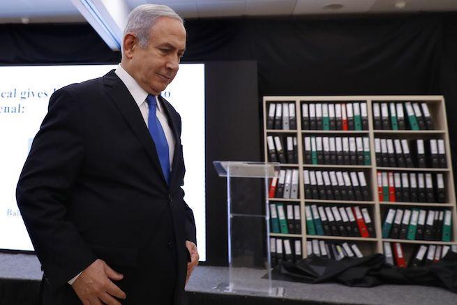 Netanjahu háttérben a megszerzett dokumentumokkal