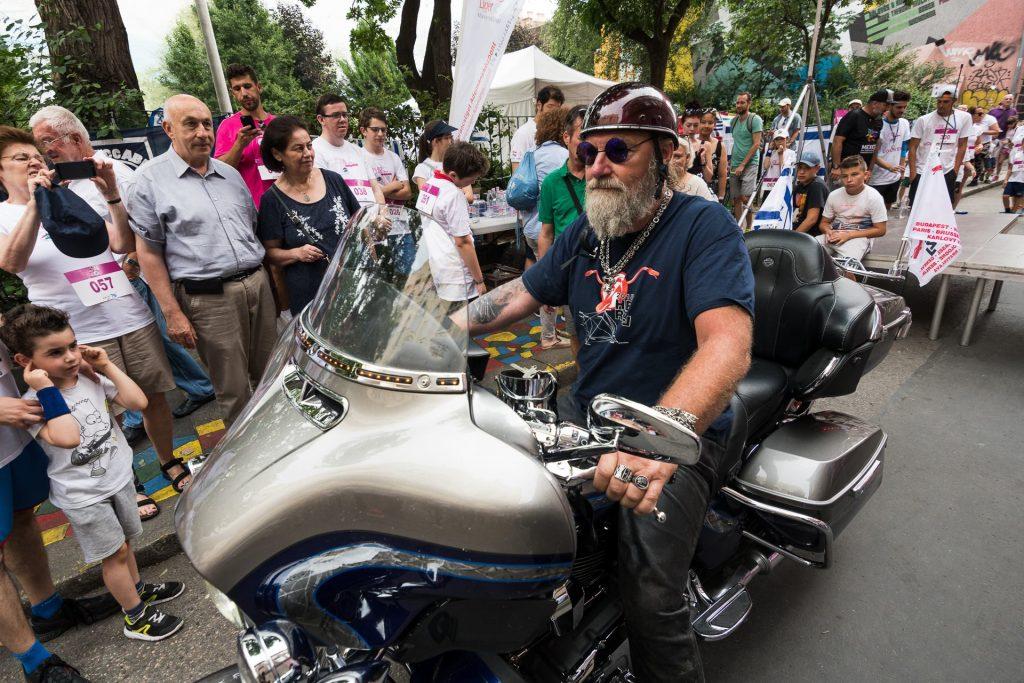 A 70 éves Izrael és Herzl Tivadar emléke előtt tisztelegnek a Budapestről indult motorostúra résztvevői