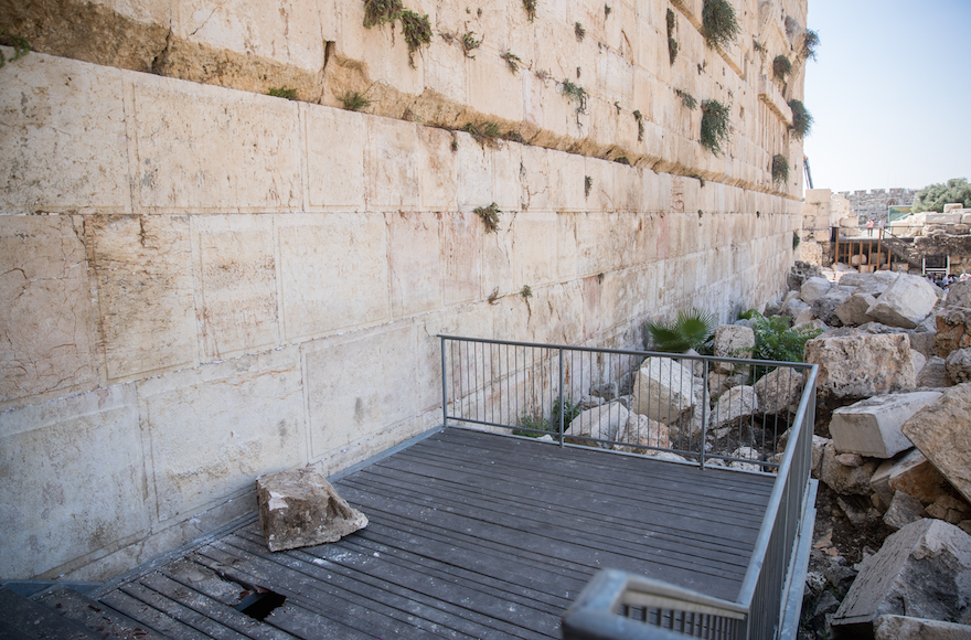 100 kilós kő zuhant ki a Siratófalból egy imádkozó nő közelében