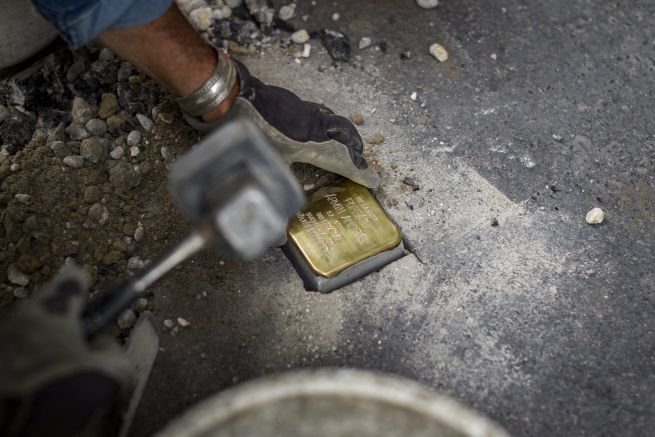 München lecseréli a tiszteletlennek tartott botlatóköveket