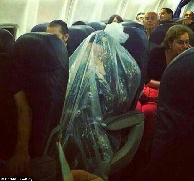 Műanyag zacskóba bugyolálta magát az ortodox zsidó férfi egy repülőjáraton