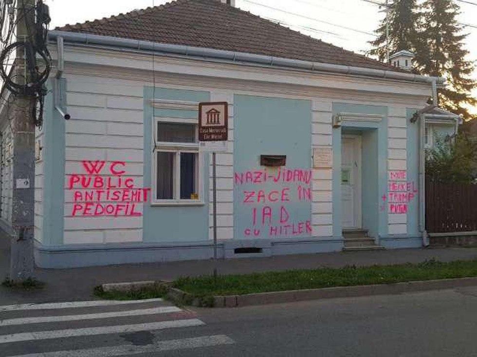 Antiszemita falfirkákat festettek Elie Wiesel szülőházára