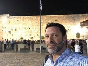 Még rálőtt támadójára mielőtt összeesett a késes merénylet izraeli áldozata